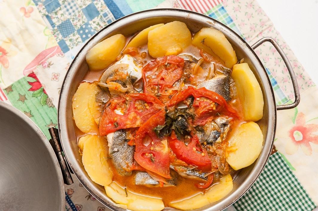 Cataplana de peixe-mujo com hortelã-da-ribeira